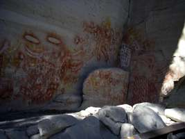 Carnarvon Gorge artwork Art Gallery rock shelter hands red nets white nets ochre two handed stencil forearms